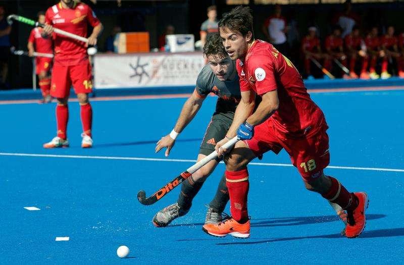 El jugador español Alejandro Frutos pugna con el holandés Mirco Puijiser durante la final. EFE