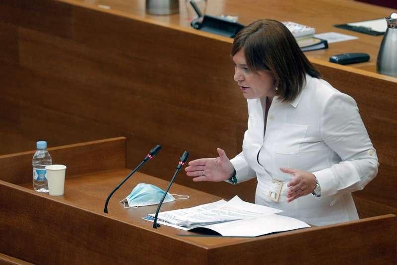 La portavoz del grupo popular, Isabel Bonig durante su intervención en el debate de política general en Les Corts. EFE