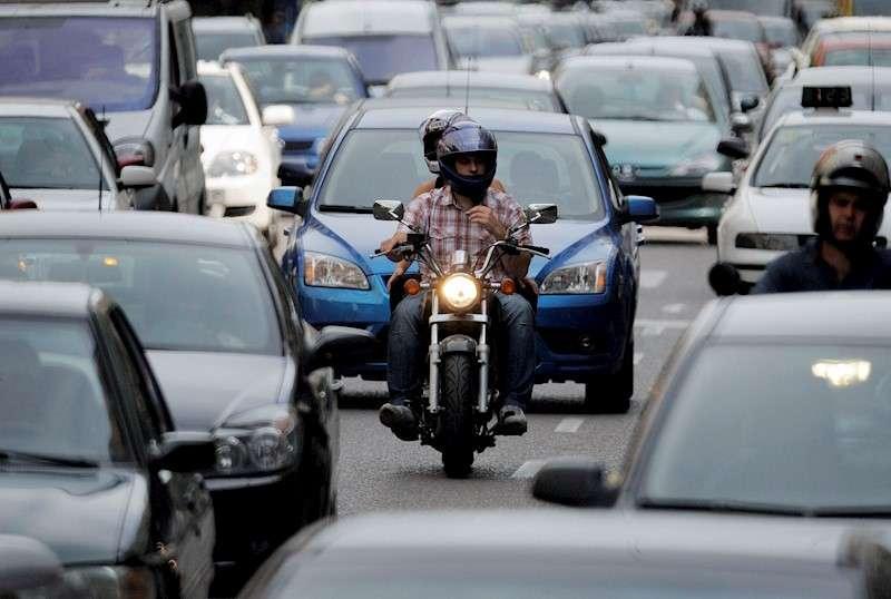 Calles del centro de València congestionadas por el tráfico. EFE/Kai Försterling/Archivo