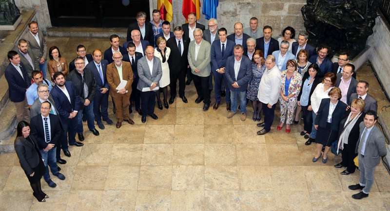 Los alcaldes de Camp de Túria, junto al resto de ediles y Ximo Puig en el acto de ayer en la Generalitat. //EPDA