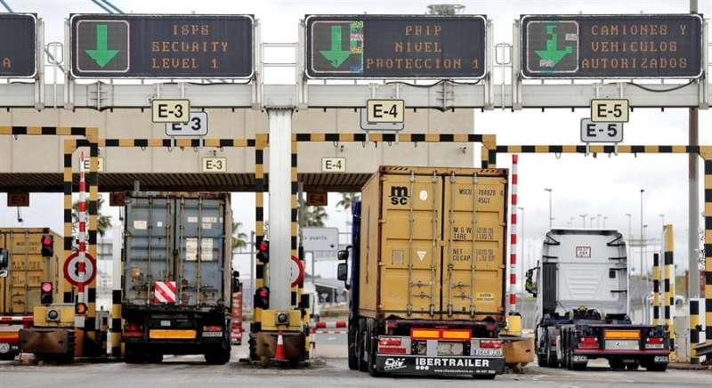 Varios camiones entran en el puerto de València con mercancías, en una imagen de esta semana. EFE/Manuel Bruque