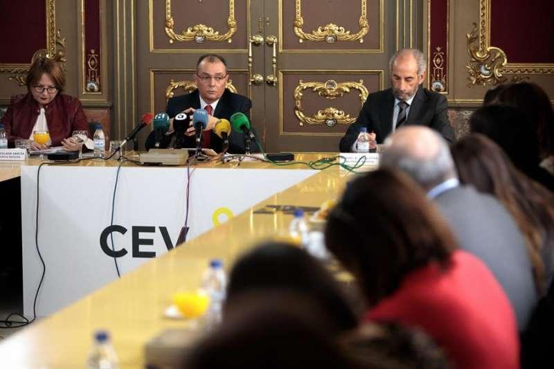 El presidente de la Confederación Empresarial de la Comunitat Valenciana (CEV), Salvador Navarro, analiza ante los medios de comunicación la actual coyuntura política y económica y los retos de futuro. EFE/Biel Aliño