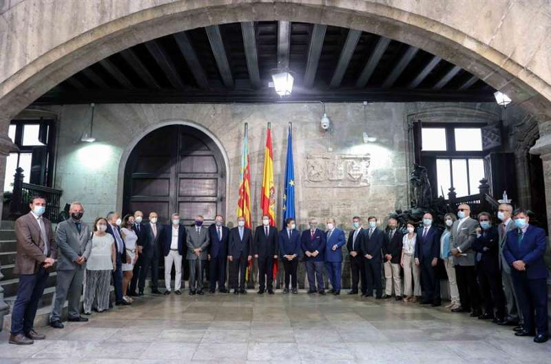 El president de la Generalitat, Ximo Puig (c), junto a los cónsules de diferentes países en un encuentro en Valencia. EFE