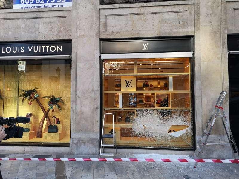 Cristal roto por los presuntos ladrones FOTO JL LLUESMA