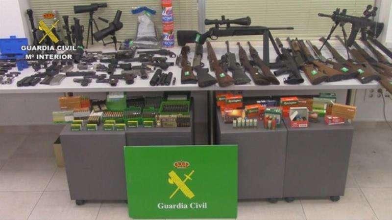 Armas incautadas en un taller clandestino de Torreblanca. EFE/Guardia Civil