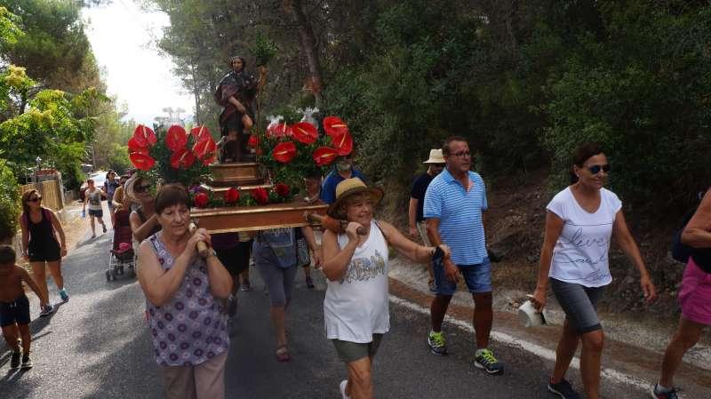En el moment del trasllat del Sant i passeig de la Romeria amb els seus veïns.
