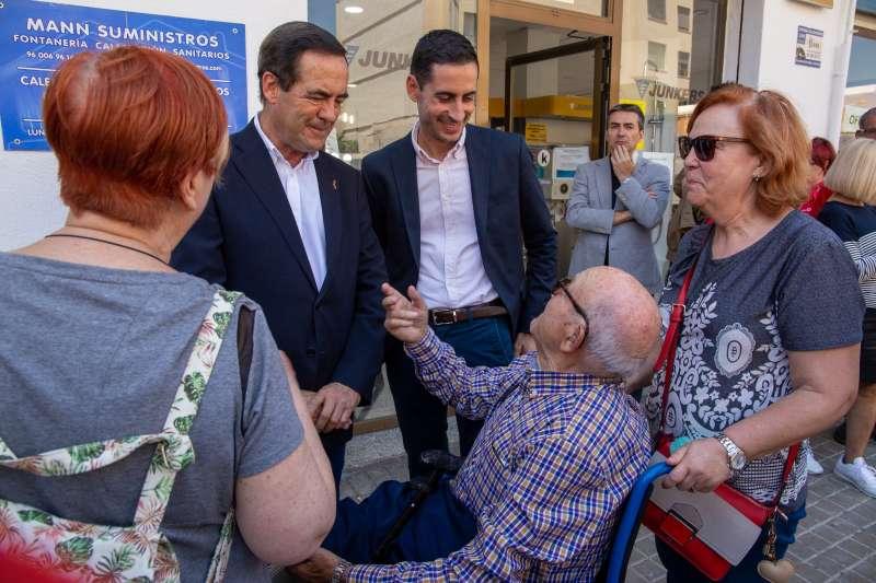 Visita de Bono junto a Bielsa por las calles de Mislata