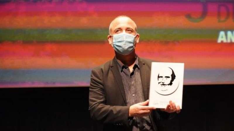 Javier Gutiérrez recibe el premio especial del V Festival Antonio Ferrandis./ EPDA