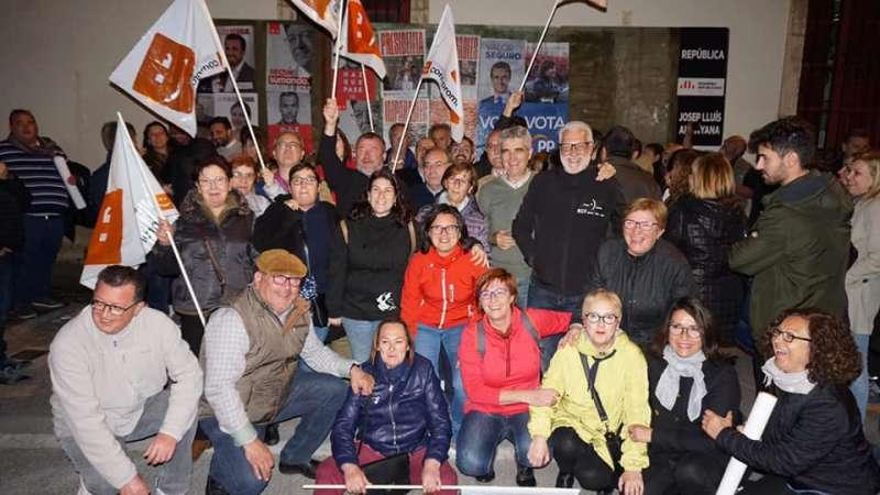 Militantes de Sagunt en la pegada de carteles. EPDA