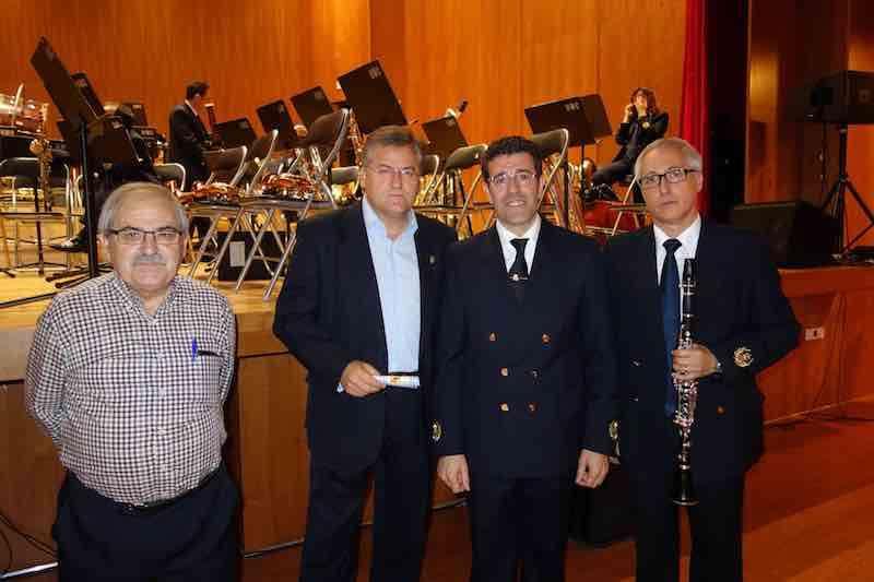Alcalde de Casinos (segundo por la izquierda) tras el concierto de la Banda de Valencia. EPDA