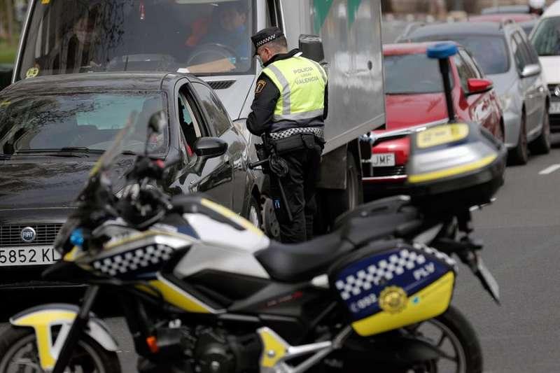 Agentes de La Policía Local de València durante un control de tráfico para hacer cumplir el confinamiento. EFE