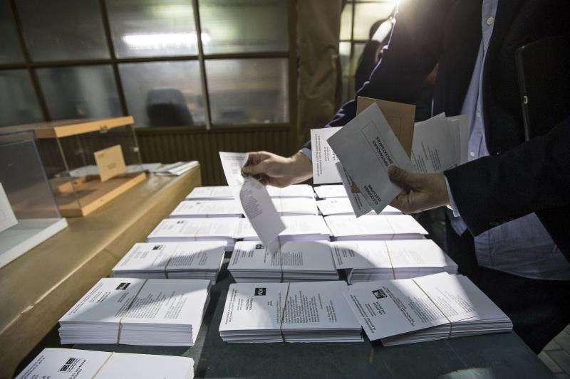 Mesa con las diferentes papeletas electorales, en unos comicios anteriores. EFE/Archivo