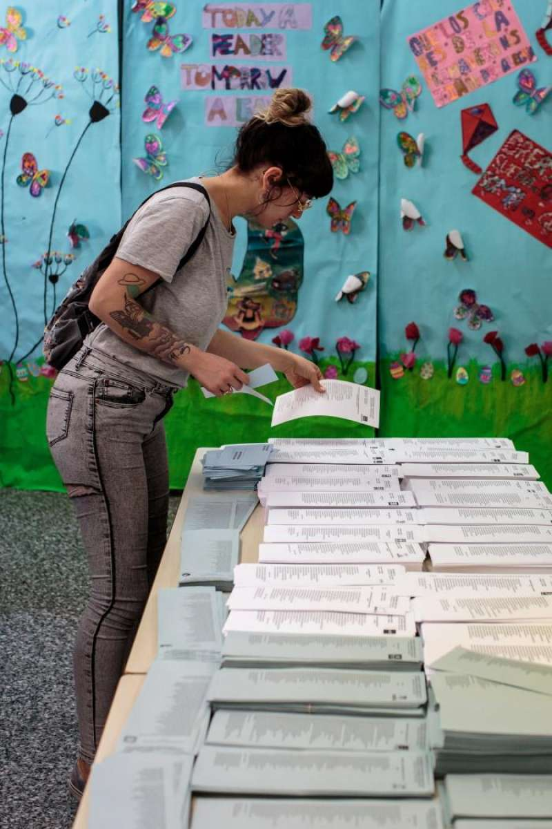 Una persona participan en las elecciones municipales y europeas del 26M en la Comunitat Valenciana.EFE