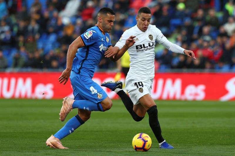 El delantero Rodrigo Moreno, del Valencia (d), y el defensa del Getafe Bruno González durante el partido anterior de ambos equipos . EFE/Archivo