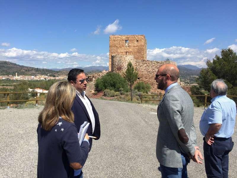 El vicepresidente segundo junto al alcalde de Torres Torres en la visita a las obras del castillo del municipio. EPDA