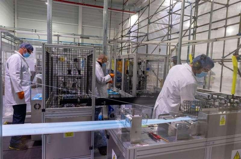 Fotografía facilitada por Ford de la fabricación de pantallas y protectores. EFE