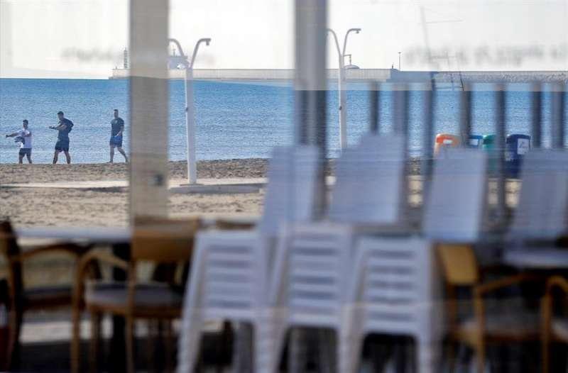 Vista general de un restaurante de la playa de la Malvarrosa con las mesas recogidas a la espera de la Fase 1 para poder abrir después del cierre obligado de dos meses por el estado de alarma. EFE