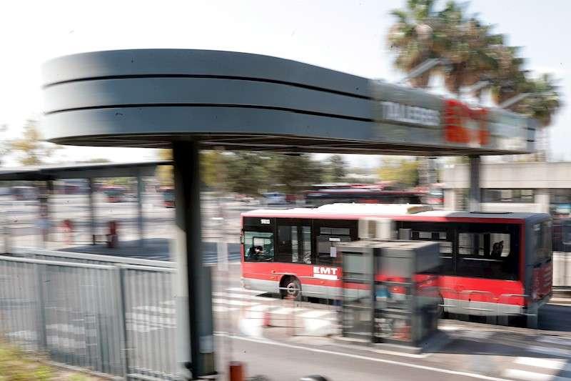Un autobús de la EMT de València accede a las cocheras de la ciudad. EFE/Kai Försterling