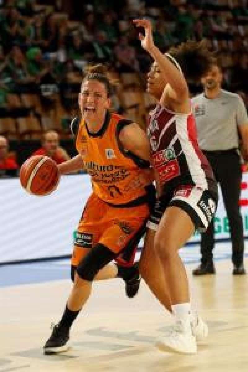 La alero del Valencia Maria Pina (i) avanza con el balón ante la oposición de una rival. EFE