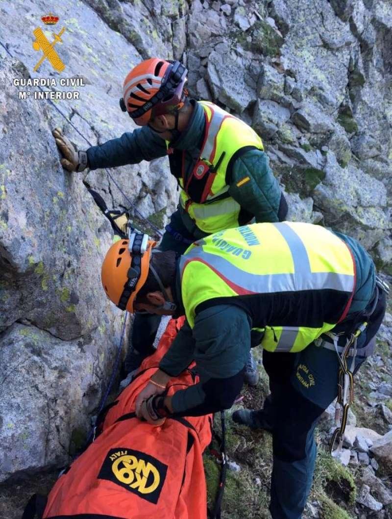 Imagen de archivo de un rescate efectuado por miembros de la Guardia Civil. EFE