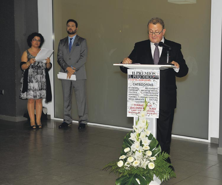 José Salvador Murgui como mantenedor, con los presentadores del acto, Silvia Morote y Carles Navarro, atentos. FOTO HIGUERAS