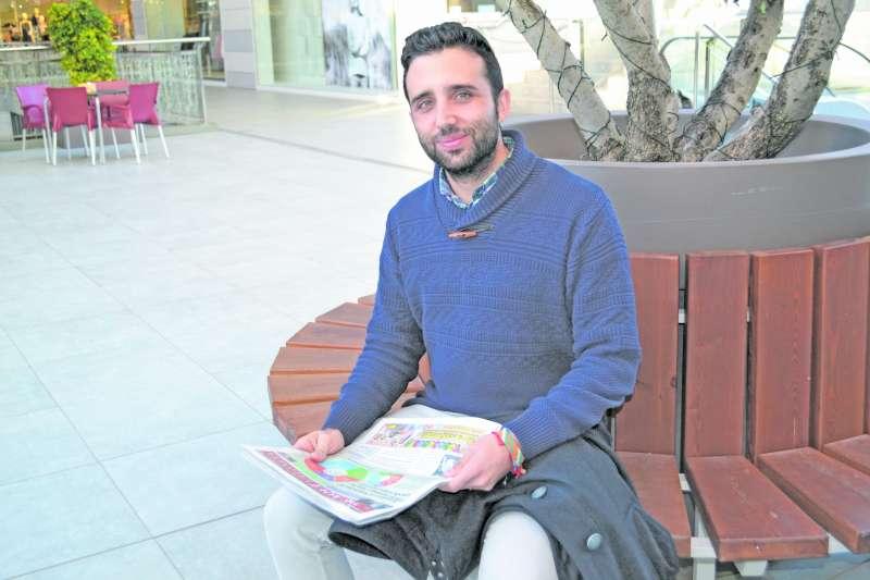 Darío Moreno leyendo El Periódico de Aquí. EPDA