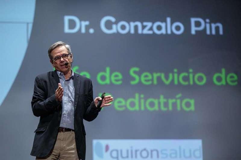 El jefe de pediatría del Hospital Quirónsalud València y miembro de la Sociedad Valenciana de Pediatría, Gonzalo Pin, durante su conferencia ?El sueño infantil