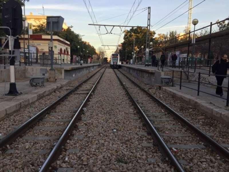 Un convoy se aproxima a la Estaci�n de Burjassot-Godella de la l�nea 1 de Metrovalencia. EPDA