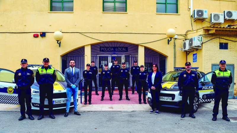 Darío Moreno y Natalia Antonino con los agentes que se incorporaron durante el confinamiento.