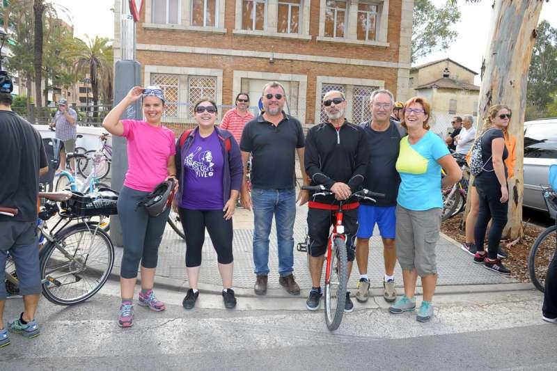 El alcalde y la concejala de Movilidad Urbana con otros concejales del equipo de gobierno y miembros de Compromís. EPDA