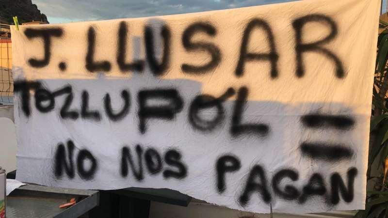 Pancarta denunciando los impagos en Joaquín Llusar. EPDA
