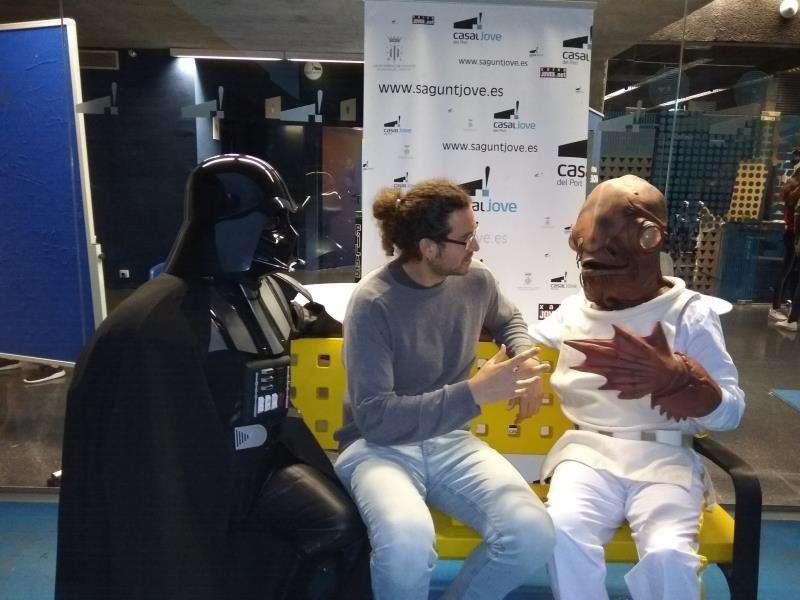 El concejal de Juventud de Sagunto, Guillermo Sampedro, confraternizando con protagonistas de la saga Star Wars, en una imagen del Ayuntamiento.