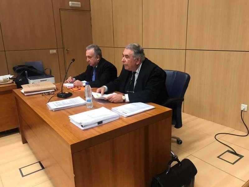 El abogado de Carlos Julián y su mujer y Sancho. FOTO P. V.