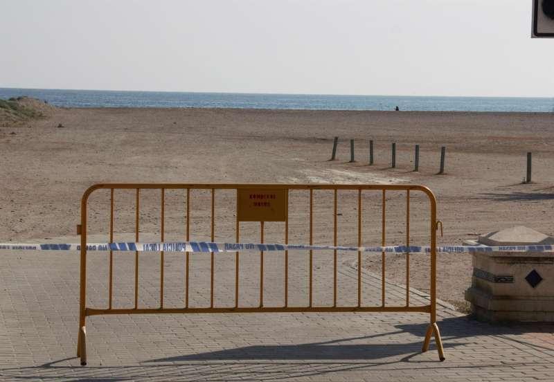 Una playa permanece cerrada al público. EFE/Alba Feixas/Archivo