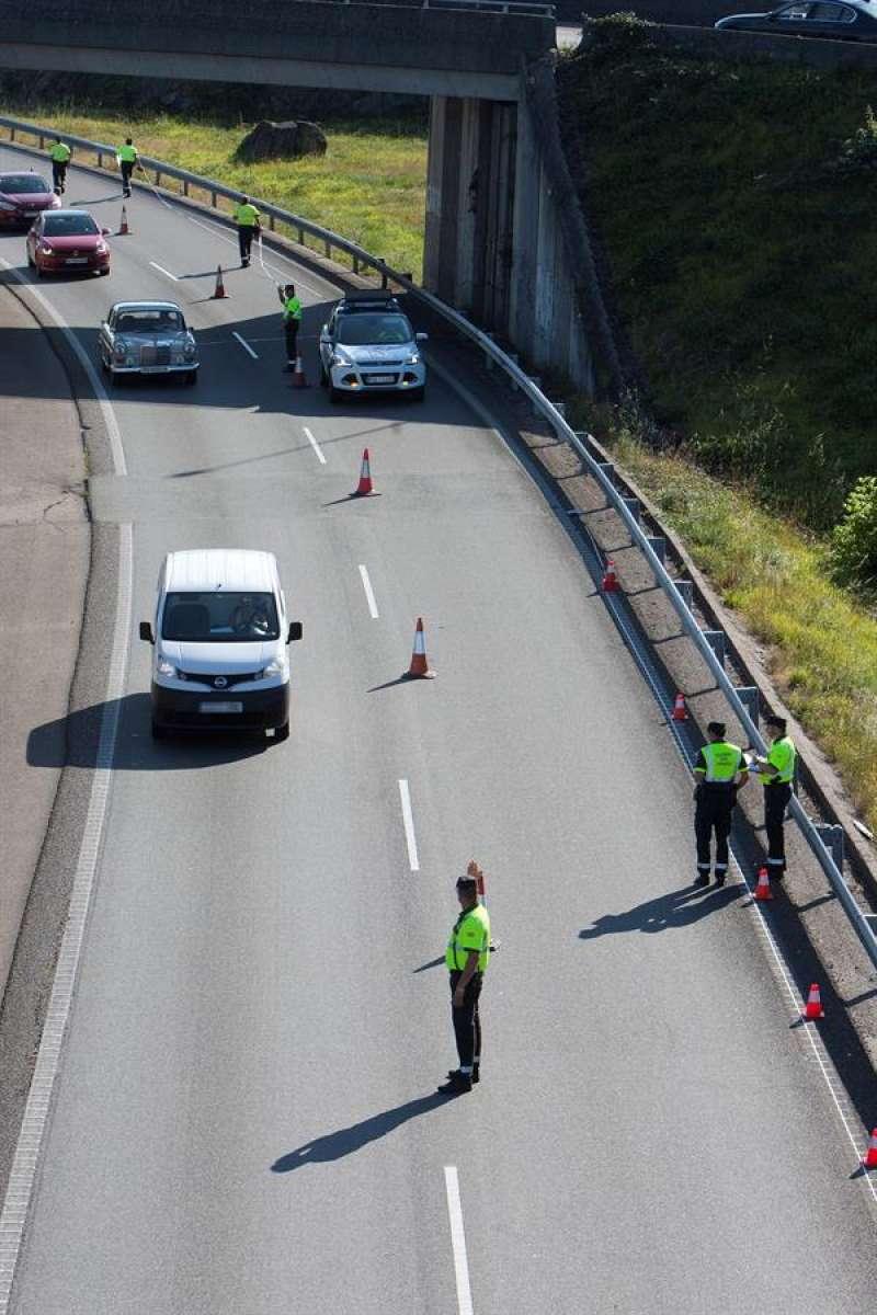 Miembros de la Guardia Civil en el escenario de un accidente. EFE/Archivo