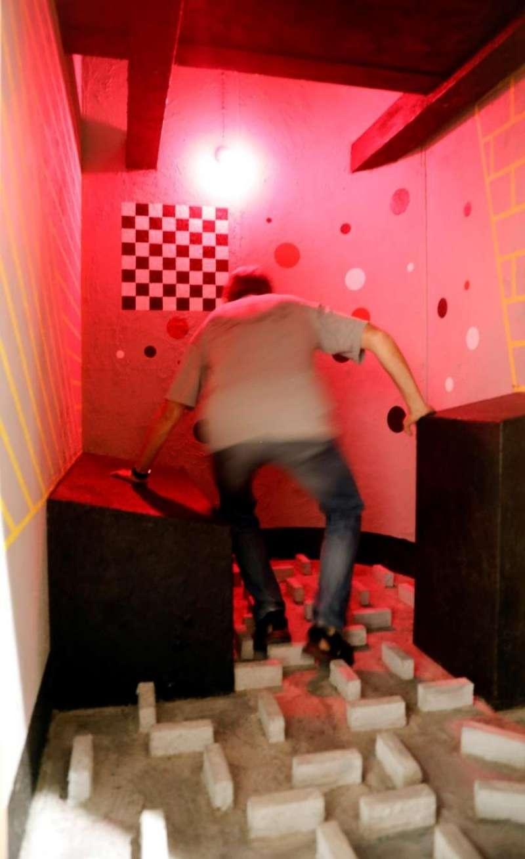 Una exposición presenta tres chekas psicotécnicas reconstruidas a tamaño real. Un hombre recorre una de las recontrucciones de una de las Chekas expuestas en el Centre Cultural La Nau que inaugura hoy la temporada con la exposición