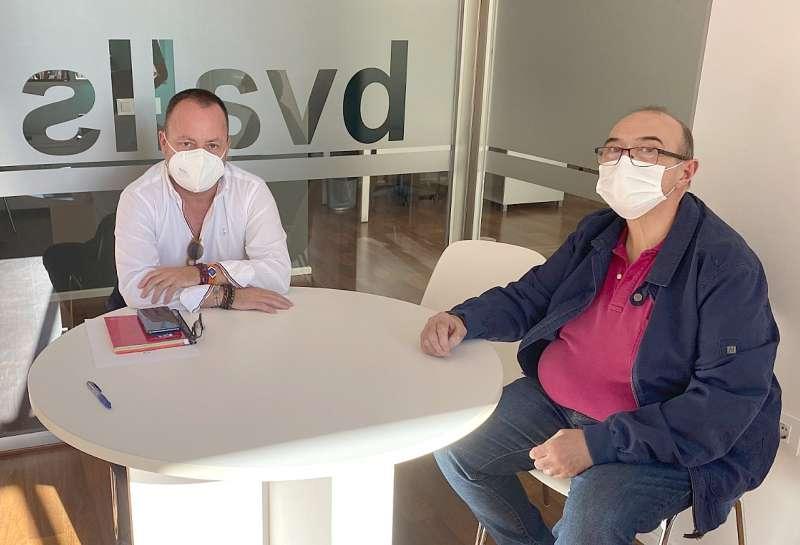 El delegado de Aguas de València, Fernando González, y el alcalde de Benifairó, Toni Sanfrancisco.