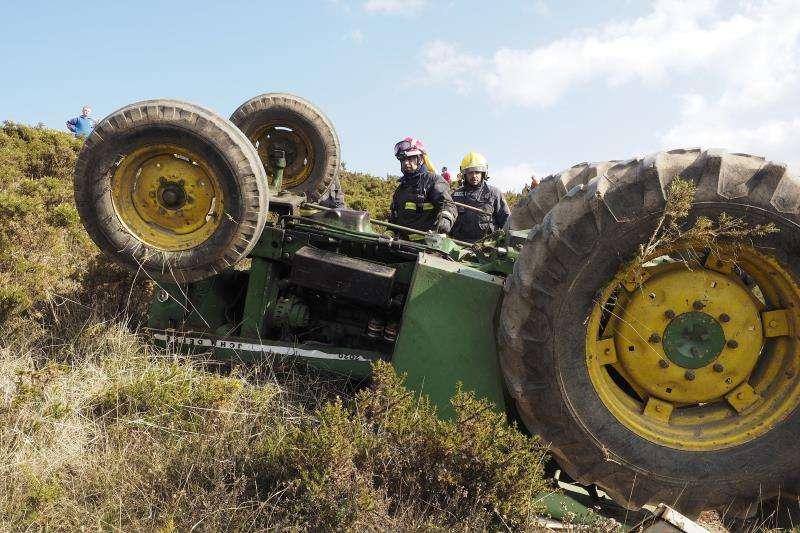 Imagen de archivo del vuelco de un tractor. EFE/Archivo