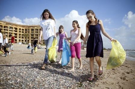 Entre sus actividades destacó la limpieza de la playa de Port Saplaya conducida por Almudena Fernández. Foto: EPDA.