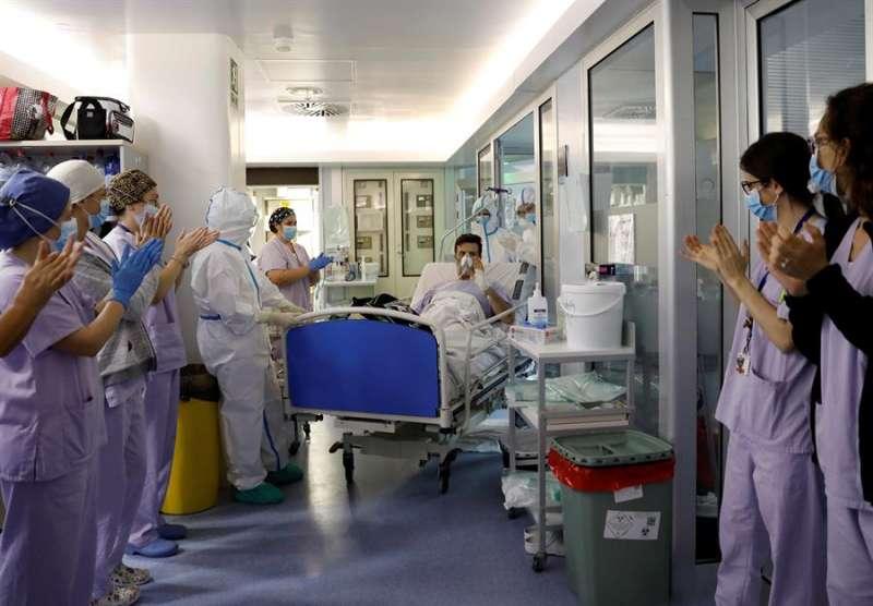 Carlos, de 48 años y paciente de la UVI durante más de tres semanas, sale de la Unidad de Cuidados intensivos del hospital Clínico de Valencia el 15 de abril. EFE/ Juan Carlos Cárdenas