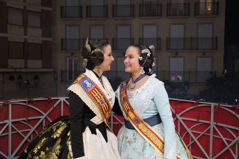 Alba junto a Daniela en el balcón del Ayuntamiento. / EPDA