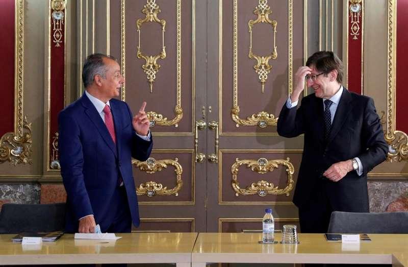 Salvador Navarro (izqda), se reúne con el presidente de Bankia, José Ignacio Goirigolzarri. EFE
