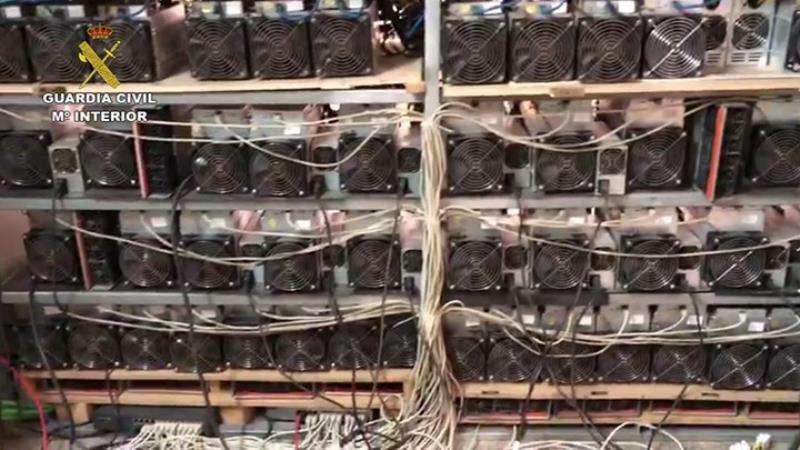 Una imagen facilitada por la Guardia Civil de la parte de atrás de los ordenadores. EFE