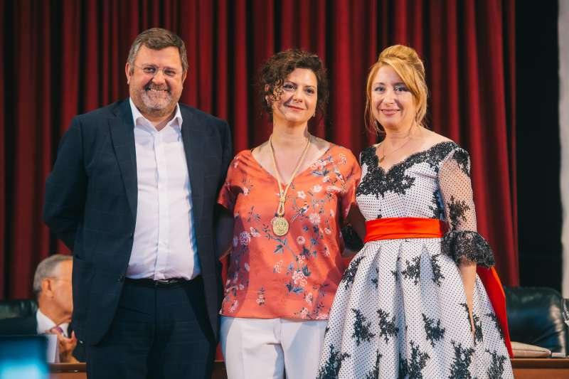 La presidenta del Colegio de Médico entrega la medalla de horo a Metges del Món-CV. FOTO EPDA