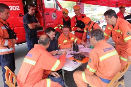 Los bomberos analizan la situación de un incendio. FOTO: DIVAL