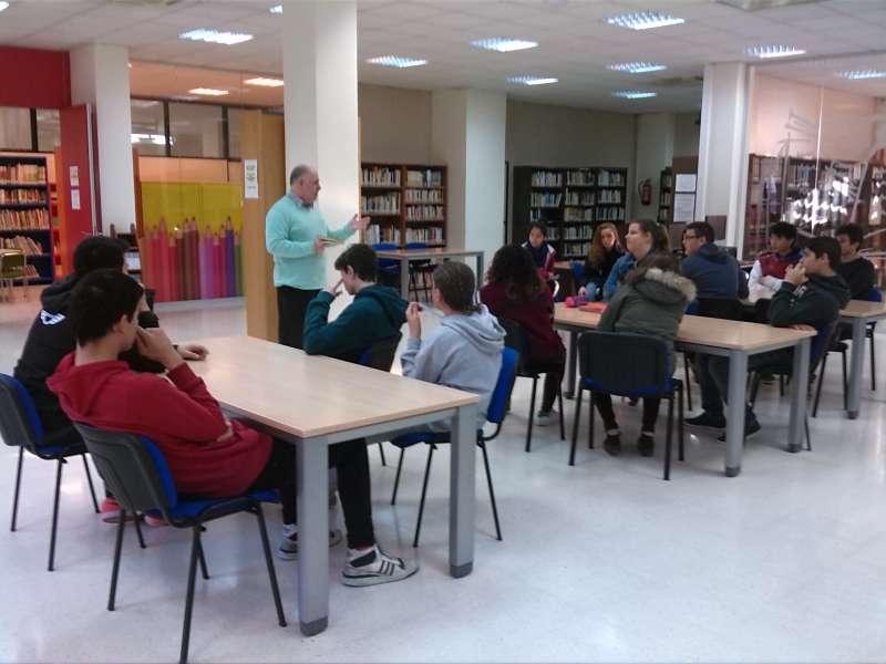 Los alumnos en la Biblioteca Municipal