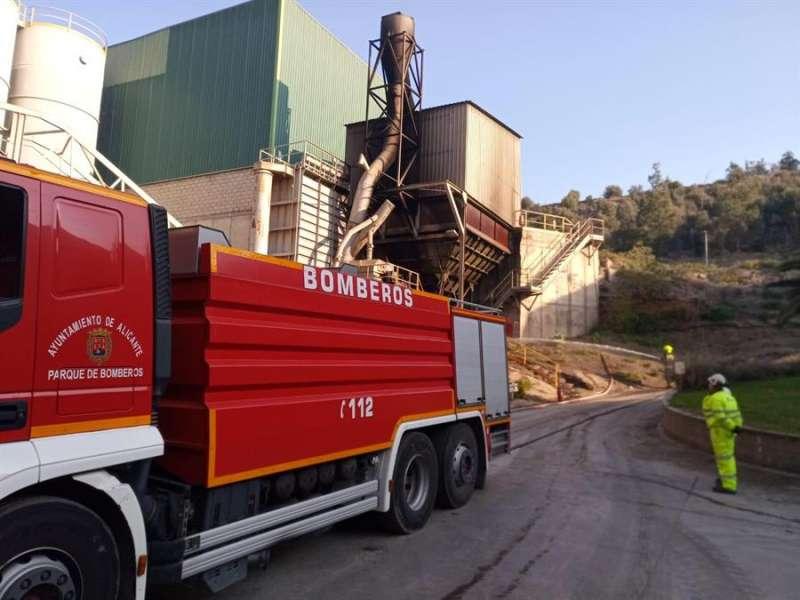 Imagen de los trabajos de los bomberos en la cementera. EFE/Ayuntamiento de Alicante