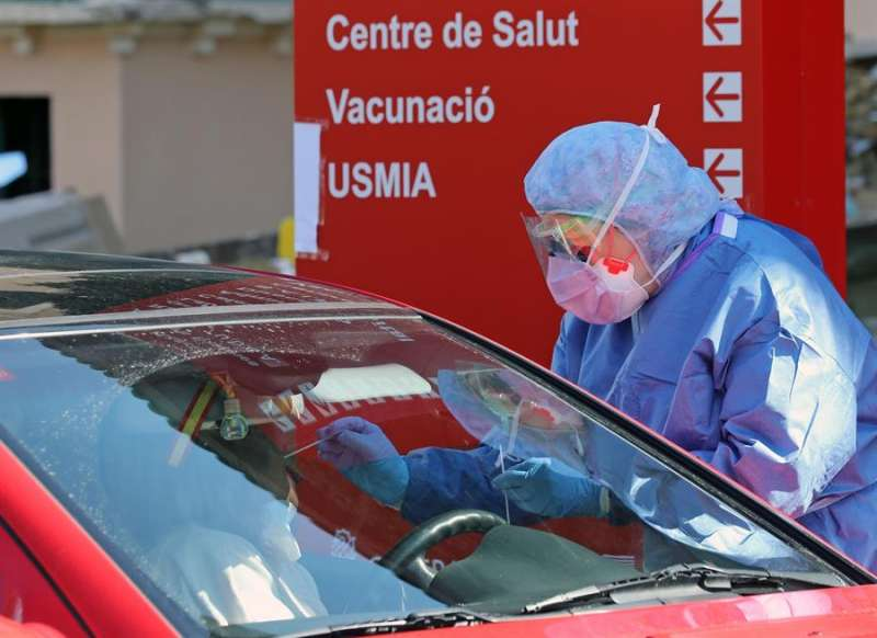 Miembros del hospital de la Malvarrosa, en Valencia, realizan test rápidos a las puertas del centro sanitario y sin que los conductores bajen del vehículo.EFE/ Ana Escobar