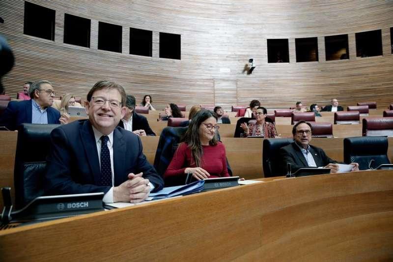 El president de la Generalitat, Ximo Puig (i) , junto a la vicepresidenta, Mónica Oltra, y el conseller de Hacienda, Vicent Soler, en Les Corts Valencianes. EFE/Manuel Bruque/Archivo