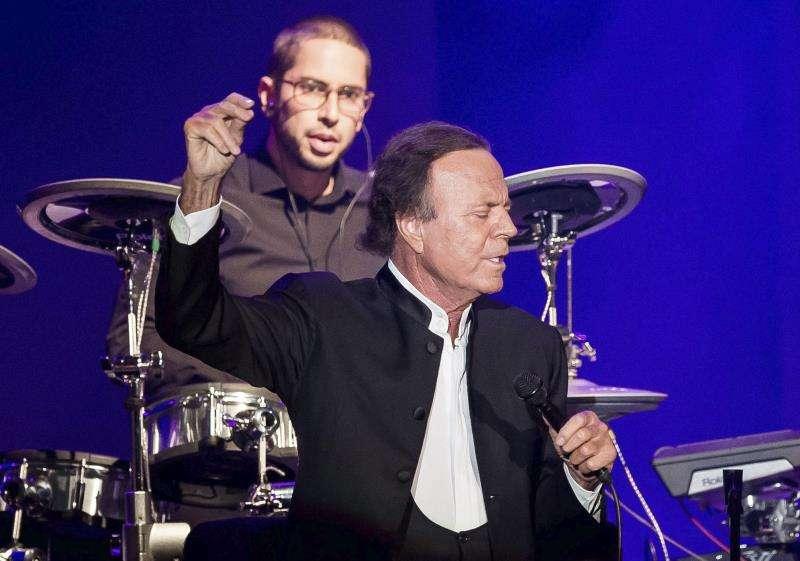 El cantante español Julio Iglesias durante un concierto. EFE/Archivo